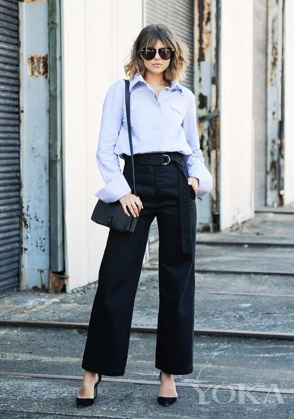 淡蓝色衬衫的领子和袖口都运用了oversize的设计,搭配黑色高腰阔腿裤