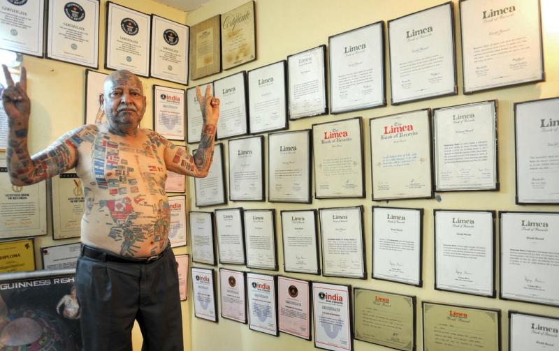 印度老人全身纹366面国旗创纪录