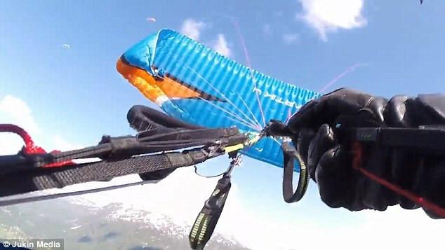挪威跳伞运动员设备突发故障