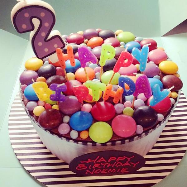 """""""蛋糕上插着可爱的happy birthday蜡烛,还有一个专属小糯米的巧克力牌"""