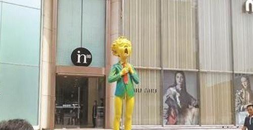 王府井商圈出现半裸少年雕塑 被路人摸私处