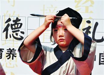 等国学经典,诵读结束后孩子们还展示了传统礼仪,书法,茶艺等中国韵味
