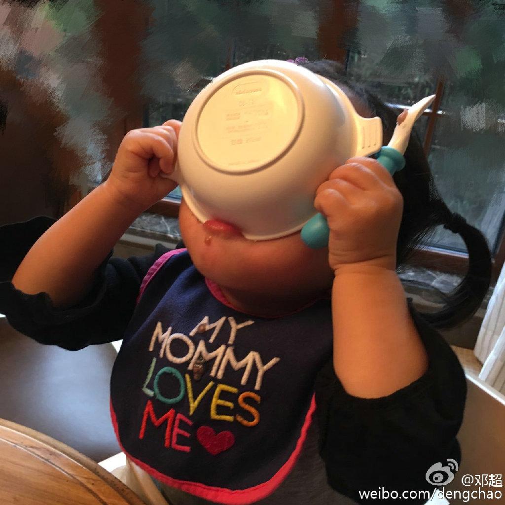 邓超晒女儿吃饭萌照 小花妹妹胖嘟嘟不输小七