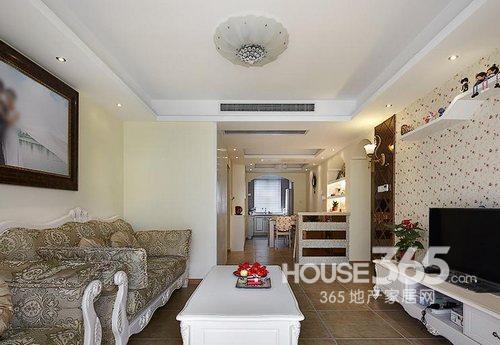 两室一厅欧式装修图:站在客厅窗边看过去