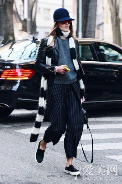 示范搭配:灰色套头卫衣+黑色皮夹克+条纹阔腿裤+黑色