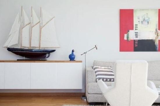 如果装饰品的选择上,帆船也是个不错的选择。这里的沙发背景墙采用了壁画做装饰,增加了凹凸感。如果你觉得壁画太常见,浮雕画或许可以让你眼前一亮。 欧式风格典雅高贵,如果搭配上别具一格的沙发背景墙,一定会让人眼前一亮。如果想要简约风,浮雕、壁画、造型独特的装饰品都可以作为墙面的装点。如果喜欢田园风,可以用碎花壁纸打造。如果还没想好,不妨再看看.