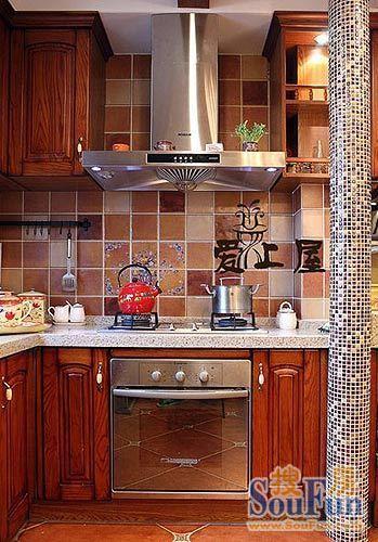 厨房装修效果图点评:烤漆橱柜搭配斜贴的仿古砖