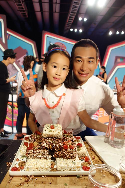 """赵文卓与女儿小玫瑰,跟朴智妍讨教起了韩语儿歌""""可爱颂""""的演唱方法"""