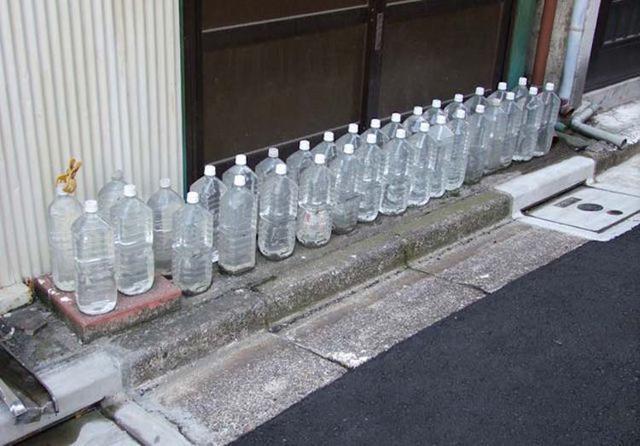 日本人在房子前面放水瓶?什么鬼?