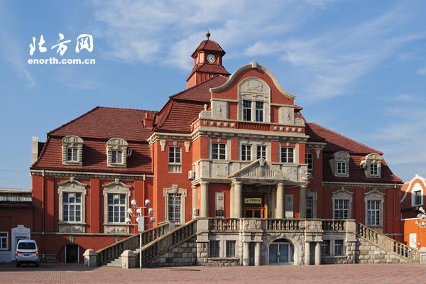 该建筑为二层砖混结构楼房