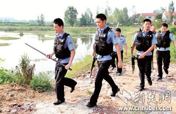 记者昨日致电襄阳市动物园,工作人员表示,该园共有两匹狼,均关在铁笼