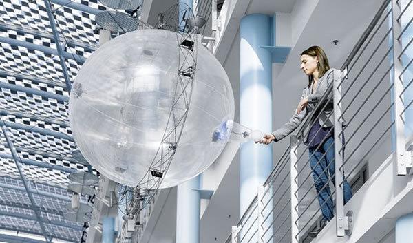 德国的Festo对无人机的外形设计进行了重塑,他们将传统的四轴飞行器改造成了一个看起来像是气泡球的玩意儿。结果就形成了一个中心是氦气球、外围是推进器的非典型无人机。这种无人机除了在质量上比传统的无人机要轻很多以外,它的推进器可以使其实现水平方向与垂直方向上的飞行。