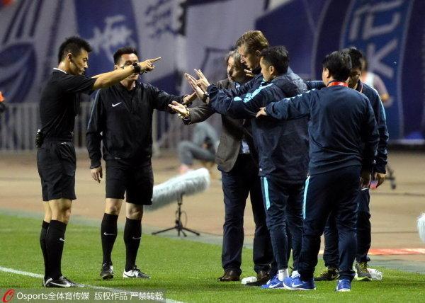 石家庄永昌队主教练亚森不满判罚图片